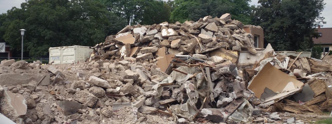 Das erste der vier Gebäude ist fast vollständig abgerissen